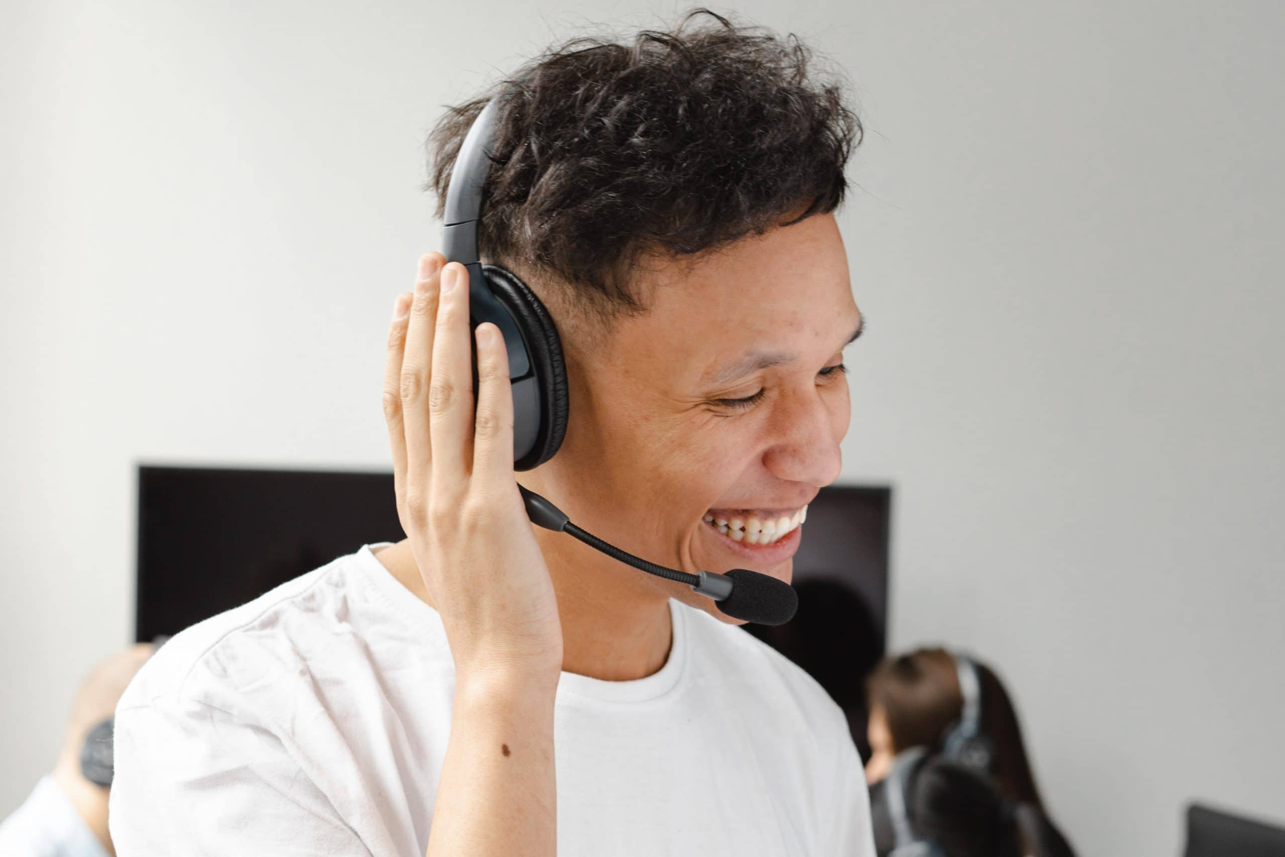 Live voice agent provides customer service support to a client